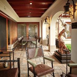Luxusausstattung und Beleuchtung einer Terrasse – exklusive Möbel und Leuchten aus natürlichen Materialien – Metall, Leder, Stein