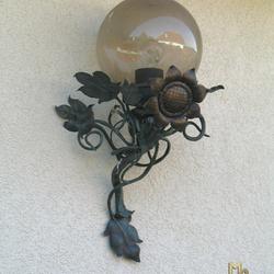 Luxusaußenlampe – Kunstvolle Leuchte, geschmiedet als Sonnenblume, für die Terrasse eines Einfamilienhauses