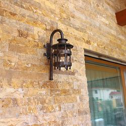 Stilvolle Leuchte mit historischem Design als Teil der Außenbeleuchtung eines Einfamilienhauses – Wandleuchte auf der Terrasse