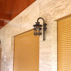 Handgeschmiedete Lampe HISTORISCH auf der Terrasse eines Einfamilienhauses – Außenbeleuchtung