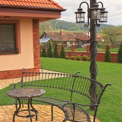 Außen-Standleuchte mit drei Laternen, handgeschmiedet, für den Garten eines Einfamilienhauses