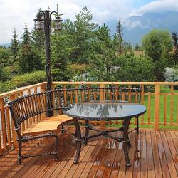 Schmiedeeiserne Standleuchte und Sitzgarnitur von UKOVMI für die Terrasse einer Hütte in der Tatra