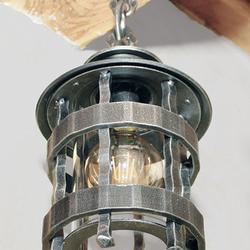 Exklusive handgeschmiedete Leuchte in historischem Stil