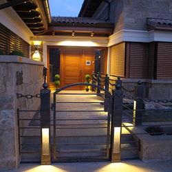 Eingangsbereich eines Einfamilienhauses, beleuchtet von handgeschmiedeten Leuchten von UKOVMI