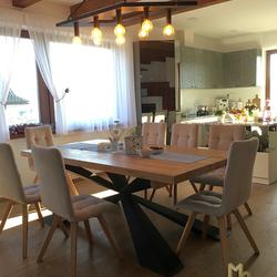 Designerleuchte im Esszimmer eines Einfamilienhauses – moderner Kronleuchter in Form eines Rhomboids geschmiedet von UKOVMI