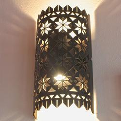 Ansicht eines eingeschalteten Lampenschirms, geeignet für innen und außen.
