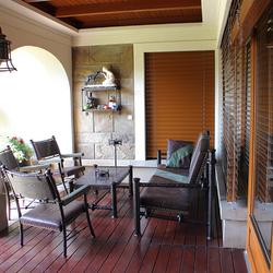 Luxusleuchten und Möbel auf einer Terrasse, entworfen und handgeschmiedet im Atelier für Design und Kunst UKOVMI