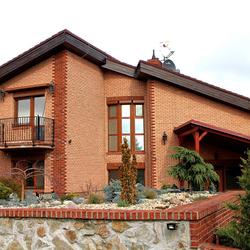 Ansicht eines Einfamilienhauses, beleuchtet mit Leuchten KLASSIK und KLASSIK GLOCKE