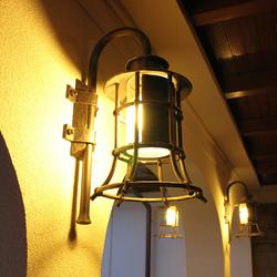 Nachtansicht einer eingeschalteten Lampe KLASSIK GLOCKE – Seitenbeleuchtung von Haus und Terrasse