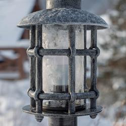 Detailansicht einer stilvollen Außenbeleuchtung – Exklusive Standleuchte mit silberner Patina  Beleuchtung des Zugangswegs einer Berghütte