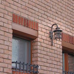 Außenbeleuchtung eines Einfamilienhauses mit handgeschmiedeten Wandleuchten KLASSIK – Luxusleuchten