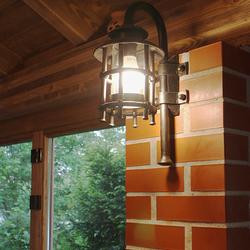 Beleuchtung eines geschlossenen Sommerpavillons im Vintage-Stil mit Wandlampen KLASSIK