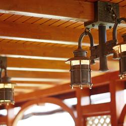 Handgeschmiedete Leuchten KLASSIK mit vom Kunden gewünschter Kupferpatina – exklusive Beleuchtung eines Sommerpavillons