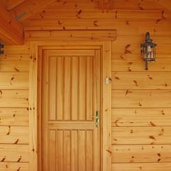 Eingangsbeleuchtung einer Hütte in der Tatra durch Wandleuchten KLASSIK – luxuriöse Leuchten