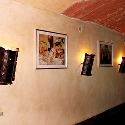 Historische Wandleuchtenschirme in einem Weinkeller – Innenbeleuchtung