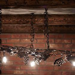 Kunstvoll handgeschmiedete Leuchte an einer Kette, entworfen als originelle Leuchte für Weinkeller