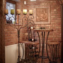 Luxushängeleuchte WEINREBE und geschmiedete Möbel von UKOVMI in einem Weinkeller