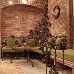 Weinkeller, ausgestattet mit exklusiven Möbeln, Leuchten und schmiedeeisernen Accessoires aus dem Atelier für Design und Kunst UKOVMI