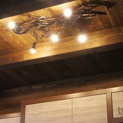 Handgeschmiedeter Luxuskronleuchter WURZEL – Leuchte in der Küche eines Wochenendhauses in der Tatra