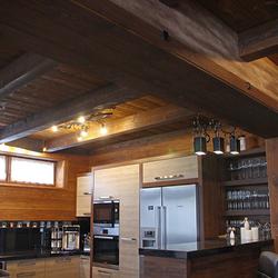 Außergewöhnliche Küchenbeleuchtung – kunstvolle Hängeleuchte WURZEL und eine weitere geschmiedete Leuchte – Gesamtansicht der Küche