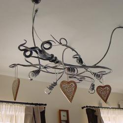 Hängekronleuchter WURZEL im Wohnzimmer eines Einfamilienhauses