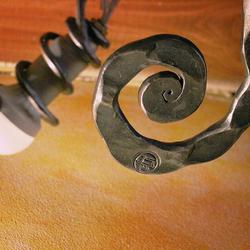 Handgeschmiedete Leuchte mit dem UKOVMI-Siegel – Detail