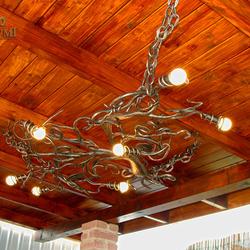 Handgeschmiedeter Kronleuchter WURZEL als Luxusbeleuchtung eines Sommerpavillons