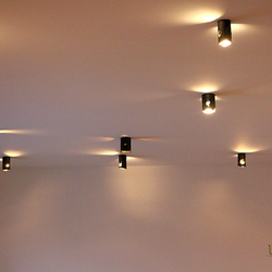 Geschmiedete Deckenleuchte als Beleuchtung des Wohnbereichs eines Einfamilienhauses – Innenleuchten IDEAL