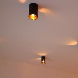 Design-Leuchten von Hand geschmiedet im Atelier für Kunst und Design UKOVMI – das Bild zeigt eine Lampe mit kupferner Patina