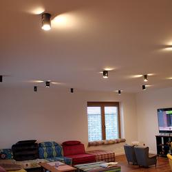 Ansicht der Deckenleuchten als Beleuchtung des Wohnzimmers in einem Einfamilienhaus – originelle Leuchten mit Qualitätsgarantie