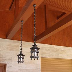 Historische Pendelleuchten mit verlängerter Kette auf der Terrasse eines Einfamilienhauses – Außenbeleuchtung